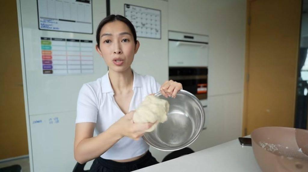 取另一個大碗,在碗內及麵團外塗上少許油。(圖片來源:「SARAH & JASON」YouTube Channel)