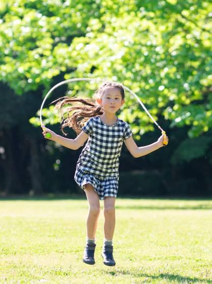 跳繩可以調整高度,適量跳繩,除了增高,還可以改善心肺功能(圖片來源:shutterstock)